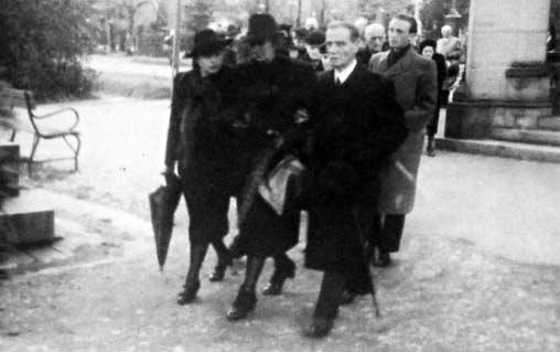 Snímek z Leppinova pohřbu v Praze 10.dubna roku 1945: uprostřed vdova Henriette Leppinová, vpravo bratr zesnulého Josef Leppin a vlevo Růžena Leppinová, bratrova žena