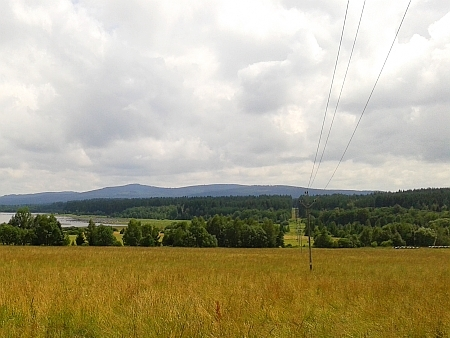 Pohled od někdejší Pestřice, zaniklá Kozí Stráň stávala v lese vpravo od elektrického vedení