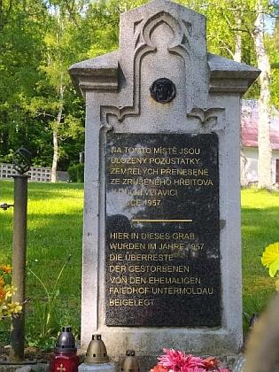 Pozůstatky pochovaných ze zrušeného hřbitova v Dolní Vltavici byly přeneseny na  hřbitov vČernévPošumaví (i ten musel být kvůli přehradnímu jezeru přemístěn)