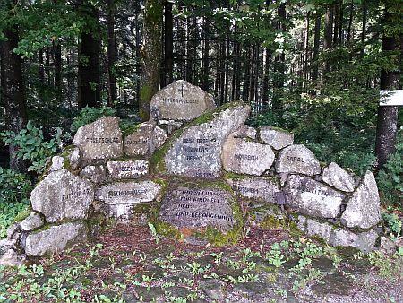 Památník obcí farnosti Dolní Vltavice v rakouském Grünwaldu, jeden z kamenů patří Kozí Stráni