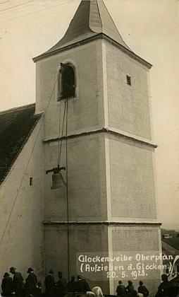 ... který takto zachytil i slavnost svěcení zvonu pro hornoplánský kostel 20.května 1928, jen dva měsíce před jejím narozením