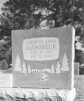 "Hrob v Louisianě s nápisem v kameni ""Geboren im Böhmerwald"" (Narozena na Šumavě)"