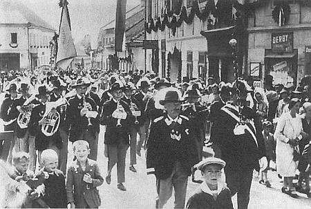 """Tady kráčí roku 1929 v čele své kapely volarskou ulicí, vedle něho vpravo s holí zvanou """"Tuarid Höh"""" Pius Lichtnecker"""