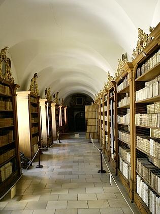 Teologický sál a chodba klášterní knihovny ve Vyšším Brodě