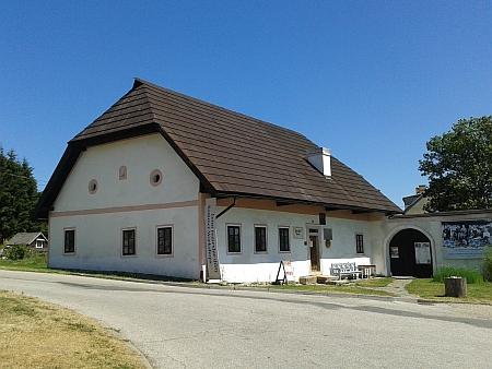 Stifterův rodný dům a pomník v Horní Plané, minimálně od poloviny padesátých let 20. století socha opět stála (podle některých zdrojů předtím byla povalena) a od roku 1960 je vrodném domě spisovatelův památník - je škoda, že tato všeobecně i v Rakousku známá fakta ve své knize Haymo Liebisch nereflektoval