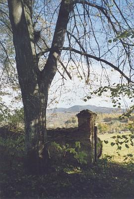 Pohled od hartunkovského hřbitova k Novohradským horám