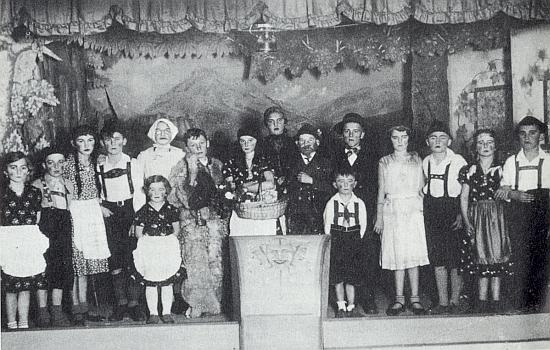 """Hartunkovské děti zachycuje snímek při uvedení hry """"Vlk a sedm kůzlátek"""" vroce 1935"""