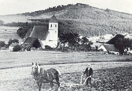 Jeho rodný Újezd Svatého Kříže nejspíš s Černým vrchem v pozadí
