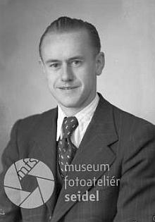 """Jako objednatel této dvojí podobenky u českokrumlovského fotoateliéru Josefa Seidela je v listopadu     roku 1942 uveden """"Liedl Josef"""", Pfarrer, na adrese """"Zettwing bei Kaplitz"""""""