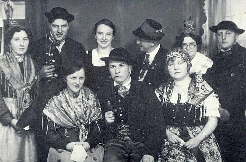 Na snímku frymburských ochotníků z roku 1932 stojí Sepp Liedl zcela napravo