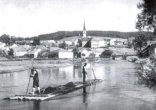 Pohlednice neznámého autora zachycuje vory před frymburským mostem