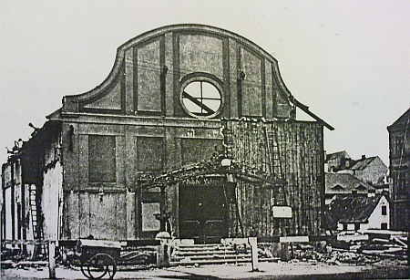 Jeden ze vzácných záběrů bourání kina Royal na Senovážném náměstí