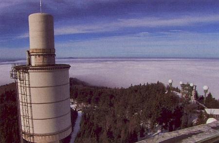 Vysílací věž na Vysokém Bogenu stojí na historicky závažném místě, kde kdysi stával hrad pánů z Bogenu - vojenská zařízení při jednom z vrcholů jsou však dnes už delší dobu mimo provoz