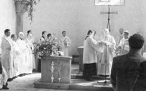 Při vysvěcení kostela ve Svatém Tomáši v roku 1997 (horní snímek) asvěcení oltářního stolu obnoveného kostela v Polné mu přisluhuje rovněž můj bratr Václav (na dolním snímku vpředu napravo)