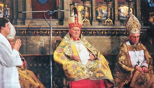 Vedle kardinála Tomáška při slavném Te Deum u příležitosti inaugurace Václava Havla dne 29. prosince roku 1989