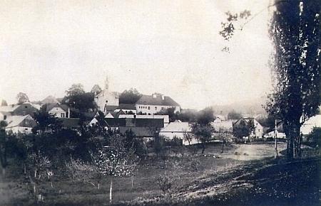 Rodné Bohumilice na staré pohlednici z roku 1940, kdy obec slavila 700. výročí prvé zmínky o sobě