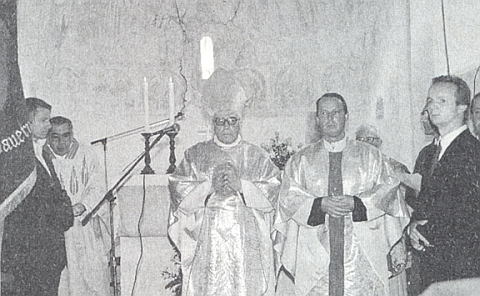 Při vysvěcení kostela v Mouřenci v září 1993, zcela vlevo u korouhve stojí můj bratr Václav Mareš