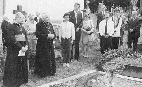 U hrobu rodičů sv. Jana Nepomuka Neumanna stojí vedle papežského nuncia Coppy