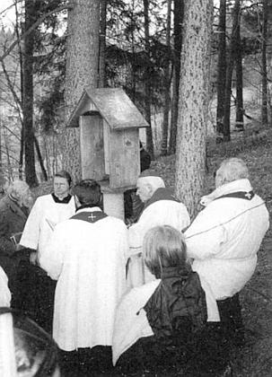 I tady ho můj bratr provází při svěcení zastávek křížové cesty k vimperské Kalvárii v dubnu roku 2001