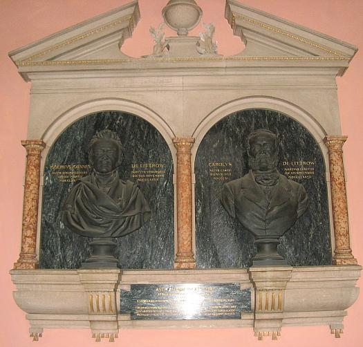 """Bysty sochaře Hanse Bitterlicha (1860-1949) s podobami Josefa Johanna a Carla """"de Littrow"""" v arkádách nádvoří vídeňské univerzity"""
