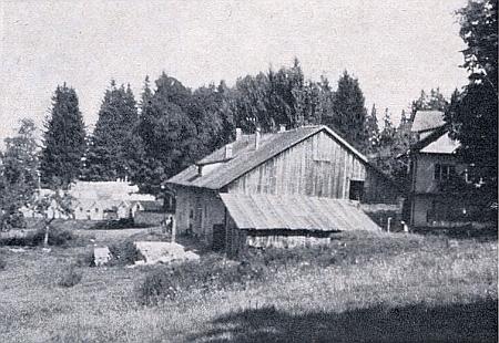Oblíbeným výletním místem Nýrských byl lesní hostinec v blízké samotě Saueben, náležející k Suchému Kameni a Skelné Huti, zachycené tu na snímku z roku 1971