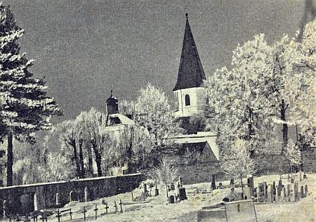 """Někdejší """"třetí oddělení"""" hornonýrského hřbitova, dnes jen palouk za kostelem, na snímku z ledna 1962"""