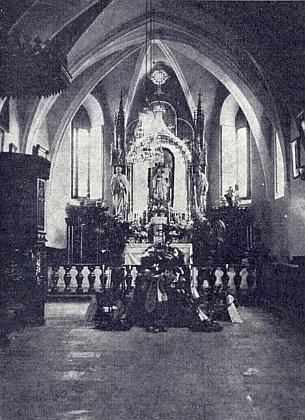 Májová výzdoba oltáře kostela v Horním Nýrsku