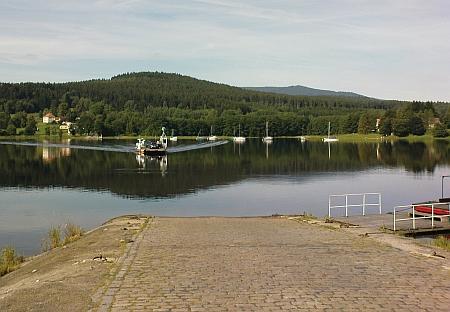 ... po vybudování Lipenské přehrady spojuje Horní Planou a Bližší Lhotu přívoz