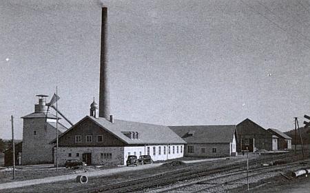 Strojní tírna lnu v Bližší Lhotě na snímku pořízeném někdy kolem roku 1941 Franzem Seidelem
