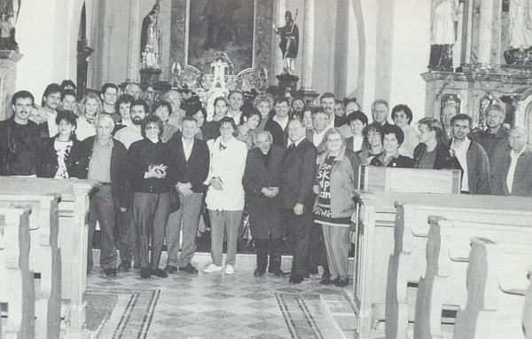 Účastníci setkání rodu Loistlů v rakouském Guglwaldu se po mši v městském farním kostele vyšebrodském dali takto zachytit s páterem Xaverem Švandou a druhým nalevo od něho guglwaldským hostinským Hubertem Hehenbergerem