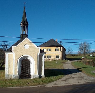 Kaple na návsi v Milné v roce 2009
