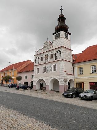 Kostel Všech Svatých a radnice v jeho rodné Volyni