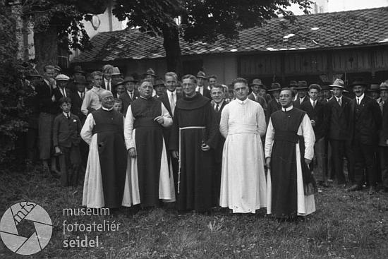 """Na snímku ze """"Župního dne"""" s poutním procesím od Maria Rast 5. září 1932 stojí mezi kněžími zcela vpravo, druhý zleva je Pius Pangerl"""