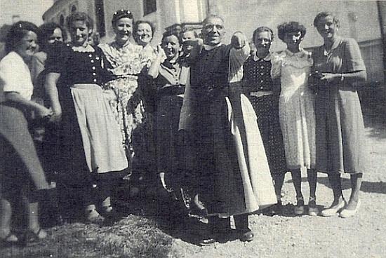 Z časů po vyhnání: páter Lonsing u kostela v bavorském Wies na prvním setkání jeho někdejších oveček z dnešní osady Studánky