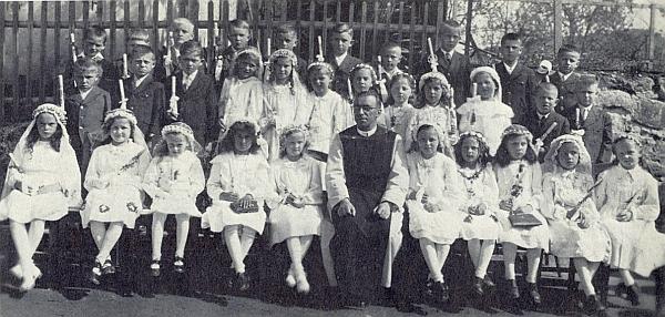 S dětmi ročníku narození 1934 při jejich prvním svatém přijímání ve Vyšším Brodě 1934