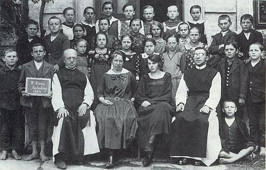 V roce 1924 je zachycen i s farářem Dimpflem a dvěma učitelkami čtvrté třídy školy v Malšíně jako mladý kaplan mezi šumavskými školáky