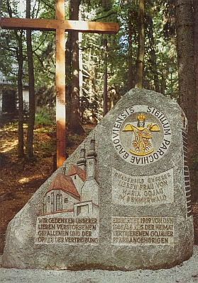 Památník zemřelých, padlých a vyhnáním postižených zfarnosti Kájov při bavorské obci Haidmühle, vysvěcený včervenci 1989