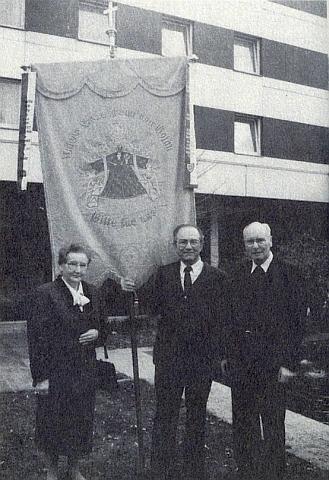 Roku 1989 blahopřeje s farní korouhví Kájovských prelátů Johannesi Barthovi ksedmdesátinám