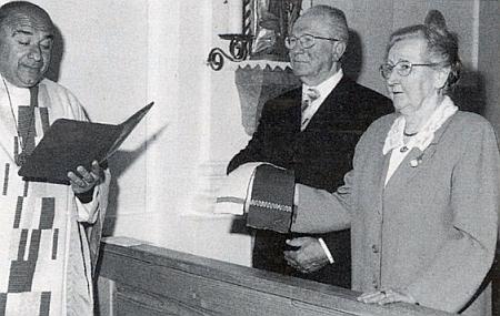 Tady v květnu 2004 slaví s manželem Alfredem svou zlatou svatbu