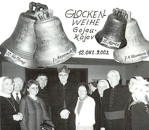 S papežským nunciem arcibiskupem Endersem v Kájově v roce 2002 při svěcení zvonů, zpožděném tehdy velkými povodněmi o dva měsíce, napravo od ní stojí i kanovník Franz Irsigler