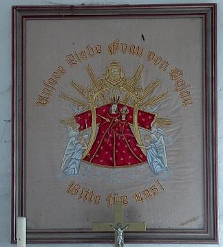 Návesní kaple v Mezipotočí a vyšívaný obraz Panny Marie Kájovské uvnitř