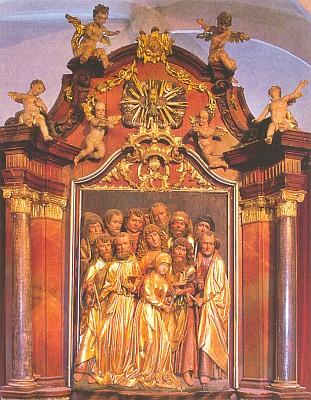 """Vnitřek poutního chrámu Nanebevzetí Panny Marie v Kájově s mariánským hlavním oltářem a pozdně gotickou plastikou téměř dětsky dívčí """"odcházející"""" Madony a všech 12 apoštolů, vsazenou do zbarokizovaného později oltáře v kapli, zasvěcené Smrti Panny Marie (viz i Ernst Friedrich Raffelsberger)"""