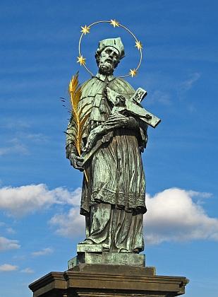 ... a světcova socha na pražském Karlově mostě