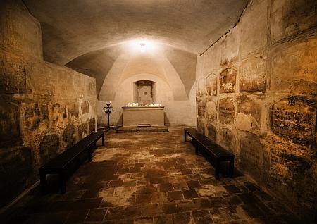 ... on sám byl ale pohřben v katakombách pod kostelem Panny Marie Vítězné v Praze