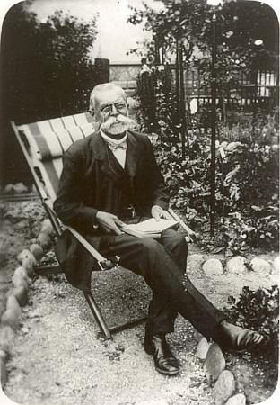 Na snímku z roku 1911