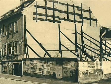 """Tady stával v českobudějovické Biskupské ulici jeho dům (koupil jej v roce 1871), na snímku vlevo stav po demolici v padesátých letech 20. století, v roce 1960 byl na místě postaven dům s přízemní cukrárnou a kavárnou """"Na zábradlí"""" (viz i Robert Reinhard)"""
