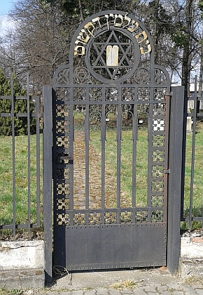 Na českobudějovickém židovském hřbitově autoři stránek Kohoutího kříže jeho hrob nenašli, jeho jméno není v seznamu pohřbených, není ani vzasedacím pořádku synagogy, který je umístěn v expozici historie Židů v Českých Budějovicích v hrobnickém domku