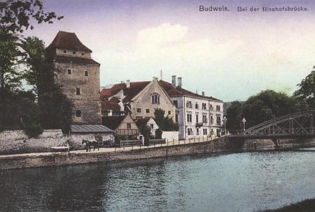 Nároží Biskupské ulice při řece Malši - dům čp. 10 je zachycen zcela vpravo