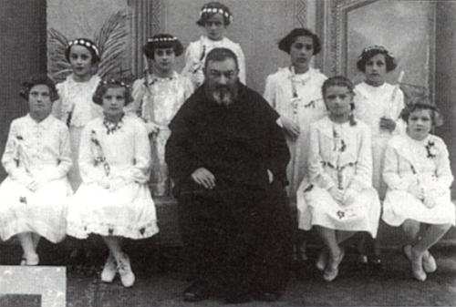 Na snímku z prvního svatého přijímání v Nových Hradech sedí Ditha Saemannová (tedy Edith Lubosová) nalevo od pátera Sostenea Pfeifera