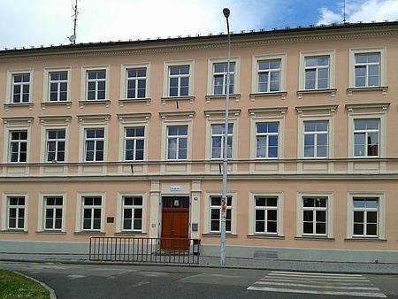 Někdejší obecná škola v Nových Hradech (dodnes se zde učí žáci prvního stupně základní školy)